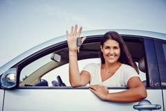 Kvinna för uthyrnings- bil Arkivfoton