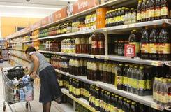 kvinna för vagnsshoppingsupermarket royaltyfria bilder