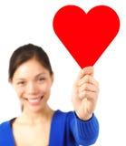 kvinna för valentin för tecken för korthjärtaholding Royaltyfria Bilder