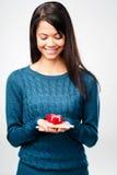 Kvinna för valentindaggåva Arkivfoto
