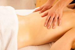 kvinna för vatten för brunnsort för hälsa för huvuddelomsorgsfot Behandling för Spa kroppmassage Kvinna som har massage i t royaltyfri foto