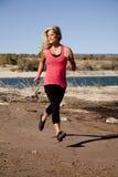 kvinna för vatten för behållare för pinkkörningssida arkivfoto
