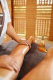 kvinna för vatten för brunnsort för hälsa för huvuddelomsorgsfot Spa massageterapi Kvinnan lägger benen på ryggen Anti--cellulite Arkivfoton