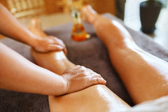 kvinna för vatten för brunnsort för hälsa för huvuddelomsorgsfot Spa massageterapi Kvinnan lägger benen på ryggen Anti--cellulite Royaltyfria Bilder