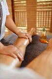 kvinna för vatten för brunnsort för hälsa för huvuddelomsorgsfot Spa massageterapi Kvinnan lägger benen på ryggen Anti--cellulite Royaltyfri Fotografi