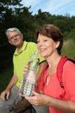 kvinna för vatten för flaskholding hög Royaltyfri Fotografi