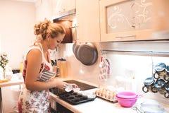 kvinna för vektor för matlagningillustrationkök Arkivbild