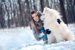 kvinna för vinter för samoyed för hundskog lycklig Arkivbild