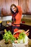 kvinna för vit wine för glass kök mogen royaltyfri foto