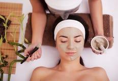 kvinna för white för behandling för gurkaframsidamaskering Kvinnan i skönhetsalong får Marine Mask Fotografering för Bildbyråer