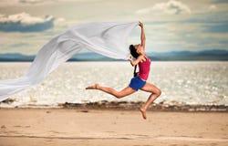 kvinna för white för strandbanhoppningsilkespapper Royaltyfri Fotografi