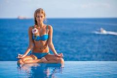 Kvinna för yoga för sommarsemester arkivfoto
