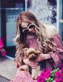 kvinna f?r holding s f?r hundframsidafokus liten royaltyfria bilder