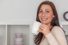 Kvinna f?r kaffeavbrott royaltyfria bilder