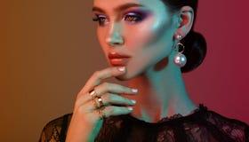 Kvinna f?r modell f?r h?gt mode i f?rgrika ljusa ljus som poserar i studio royaltyfri fotografi
