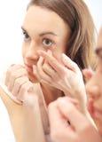 Kvinna fann kontaktlinser Royaltyfri Bild