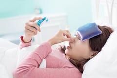 Kvinna fångad förkylning och feber Royaltyfria Bilder