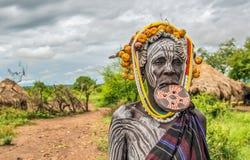 Kvinna från den afrikanska stammen Mursi, Omo dal, Etiopien royaltyfria foton