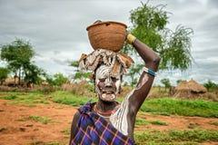 Kvinna från den afrikanska stammen Mursi, Omo dal, Etiopien Royaltyfria Bilder