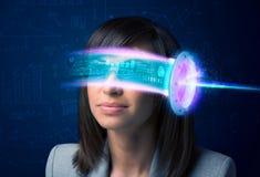 Kvinna från framtid med tekniskt avancerade smartphoneexponeringsglas Royaltyfri Foto
