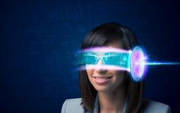 Kvinna från framtid med tekniskt avancerade smartphoneexponeringsglas Arkivbilder