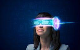 Kvinna från framtid med tekniskt avancerade smartphoneexponeringsglas Arkivfoto