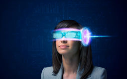 Kvinna från framtid med tekniskt avancerade smartphoneexponeringsglas arkivfoton