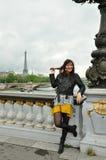 Kvinna för EiffeltornParis turist Royaltyfri Fotografi