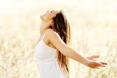 Kvinna för livsstil för frihetsvitalitet carefree Royaltyfria Bilder