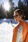 kvinna för manskidåkningsnow Fotografering för Bildbyråer