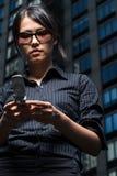 kvinna för meddelandeavläsningstext Arkivbild