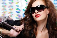 kvinna för modehandväskasolglasögon Fotografering för Bildbyråer