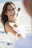kvinna för romantiker för man för strandpardans Arkivbild