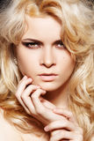kvinna för smink för blont chic modehår lång Royaltyfria Foton
