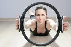 kvinna för sport för cirkel för pilates för aerobicsidrottshall magisk Fotografering för Bildbyråer