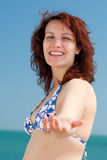 kvinna för strandhandutlåning Royaltyfria Foton