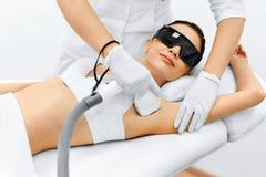 kvinna för vatten för brunnsort för hälsa för huvuddelomsorgsfot Laser-hårborttagning Epilation behandling Slät hud Arkivbild