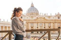 Kvinna framme av basilika di san pietro Arkivfoton