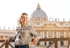 Kvinna framme av basilika di san pietro Royaltyfri Foto