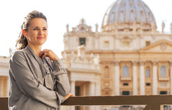 Kvinna framme av basilika di san pietro Royaltyfria Foton