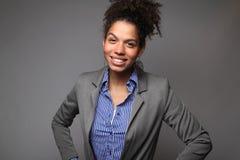 Kvinna framme av en vit bakgrund som gör uttryck fotografering för bildbyråer