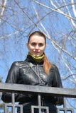 Kvinna framme av ett metallstaket Royaltyfria Bilder