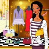 Kvinna framme av ett shoppafönster Arkivbilder