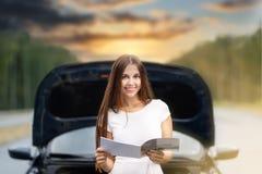 Kvinna framme av hennes brutna bil för bil Arkivbild