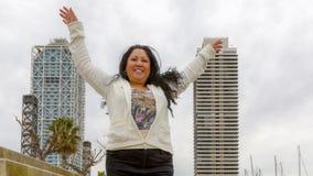 Kvinna framme av två byggnader royaltyfri fotografi