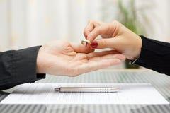 Kvinna gången tillbaka vigselring till maken Skilsmässabegrepp arkivbilder