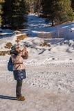 Kvinna 50 gamla år ta ett foto med mobilen i bergen Arkivfoton
