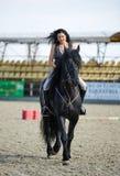 Kvinna grensle en häst Royaltyfri Fotografi