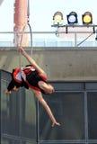 Kvinna-gymnast på cirkusfestivalen i Toronto. Arkivfoton