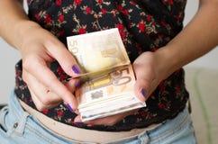 Kvinna händer som räknar euros arkivfoton